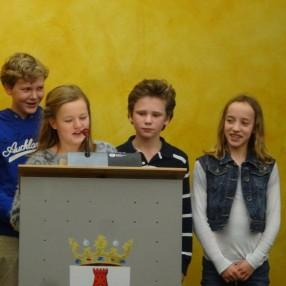 De trotse leerlingen Floris, Bibi, Onno en Iris, tijdens het inspreken. Foto: Ap de Heus