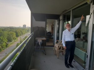Ruud Maltha laat luchtmeterkastje zien