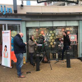 René Marquard (Midvliet) in gesprek met Jacco van Maldegem over de kerstactie van de Voedselbank Leidschendam-Voorburg